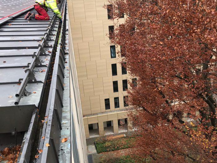 Dachrinnenreinigung an Hochbauten